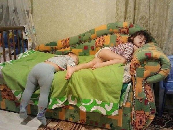 Дети не спят. Они просто лежат на подарядке..jpeg